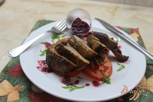 Грудка утки с вишневым соусом на подушке с овощей