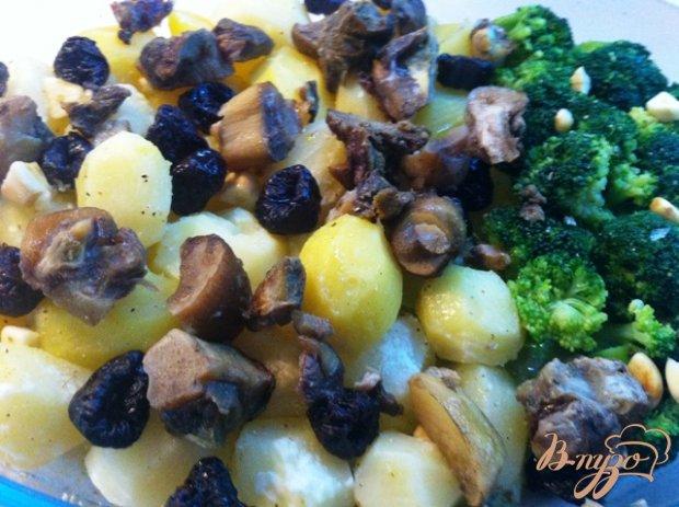 Куриные бедрышки запеченые с картофелем, белыми грибами и брокколи