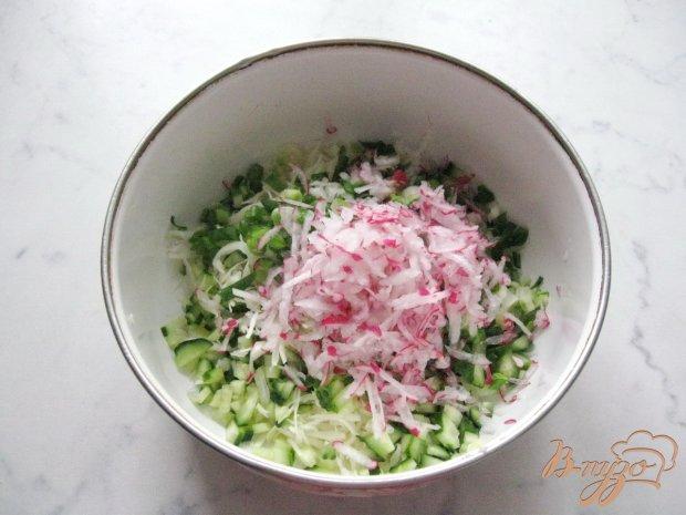 Салат  с огурцами и свежей капустой