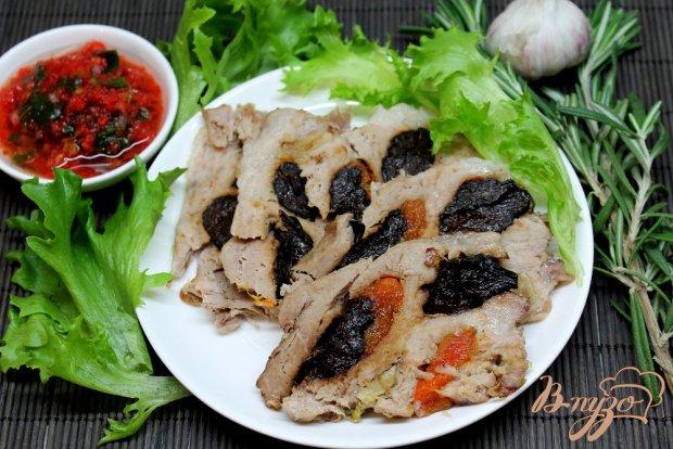 Свиной ошеек запеченный с курагой и черносливом