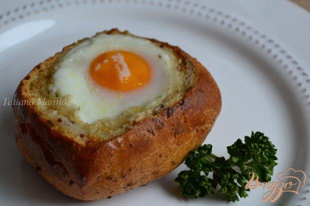 Булочка с сырной начинкой и яйцом
