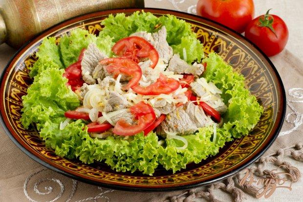 Мясной салат с помидорами