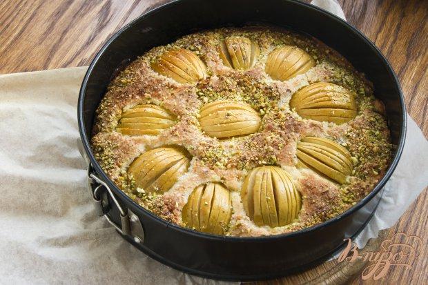 Ароматный яблочный пирог с пряностями и фисташками