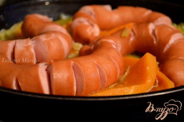 Свиные сардельки с овощами