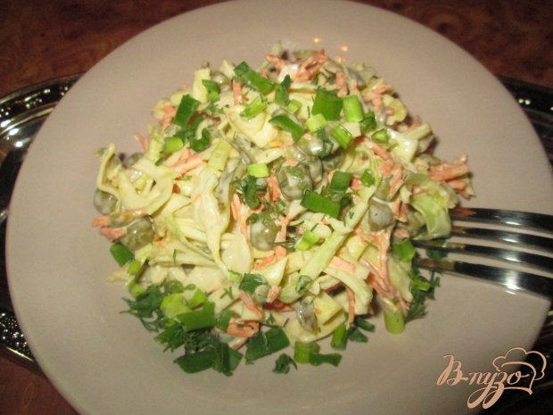 Салат из капусты и соленых огурчиков
