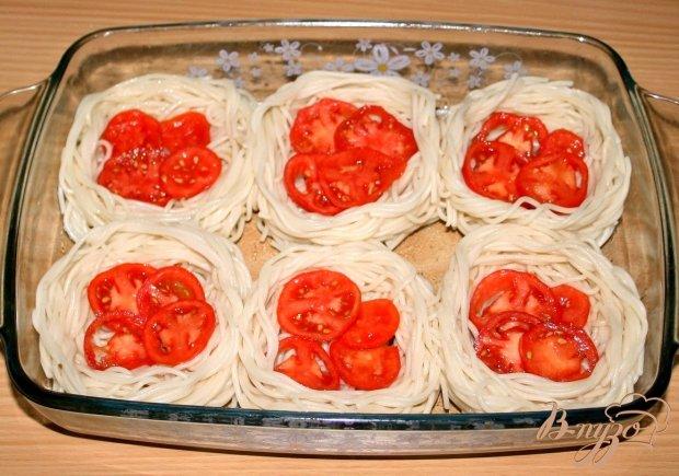"""""""Гнёздышки"""" из спагетти с курицей,помидорами и оливками"""