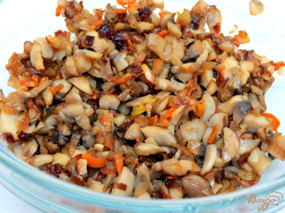 Фото приготовление рецепта: Карп фаршированный грибами и сыром шаг №6
