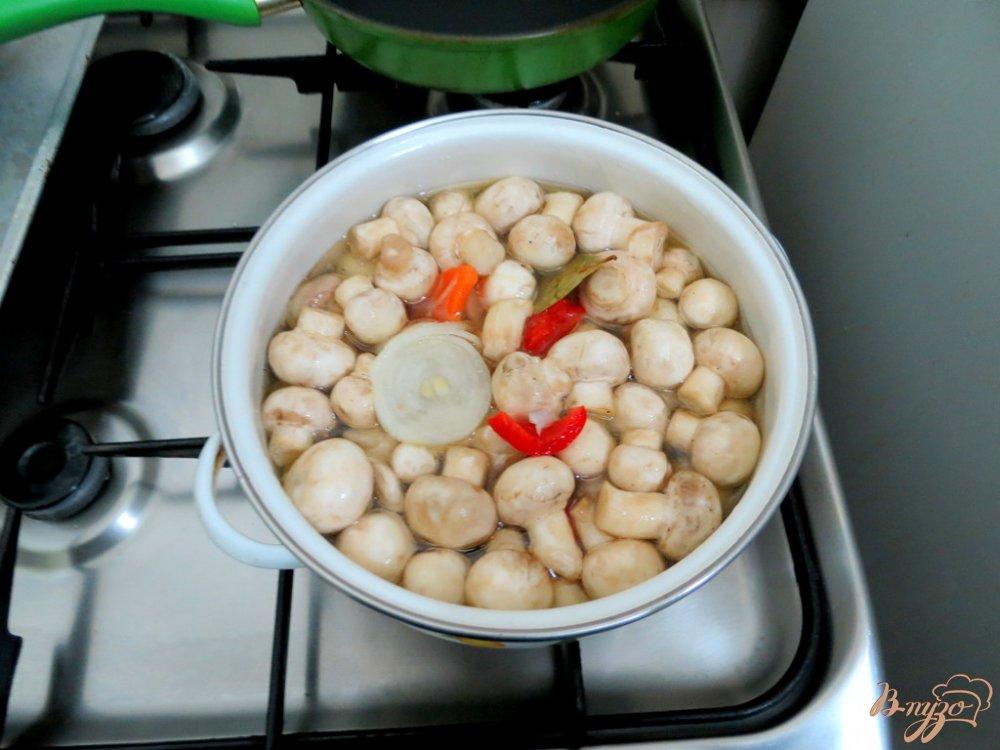 Фото приготовление рецепта: Шампиньоны маринованные с луком и болгарским перцем шаг №7