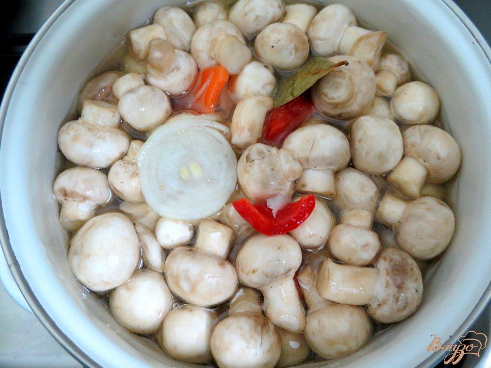 Фото приготовление рецепта: Шампиньоны маринованные с луком и болгарским перцем шаг №8
