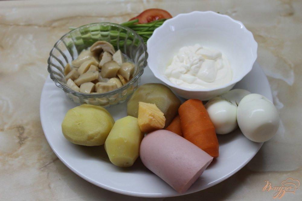 Фото приготовление рецепта: Салат с маринованными белыми грибами