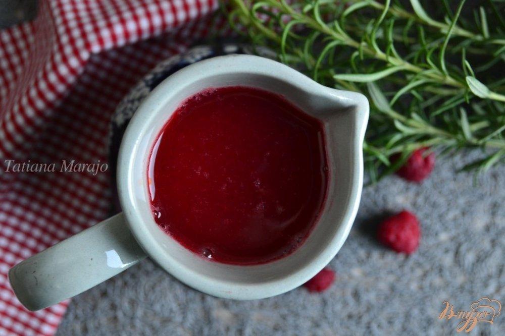 Фото приготовление рецепта: Малиново-розмариновая настойка шаг №5
