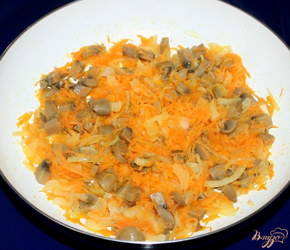 Фото приготовление рецепта: Жареные караси с гарниром из риса,овощей и грибов