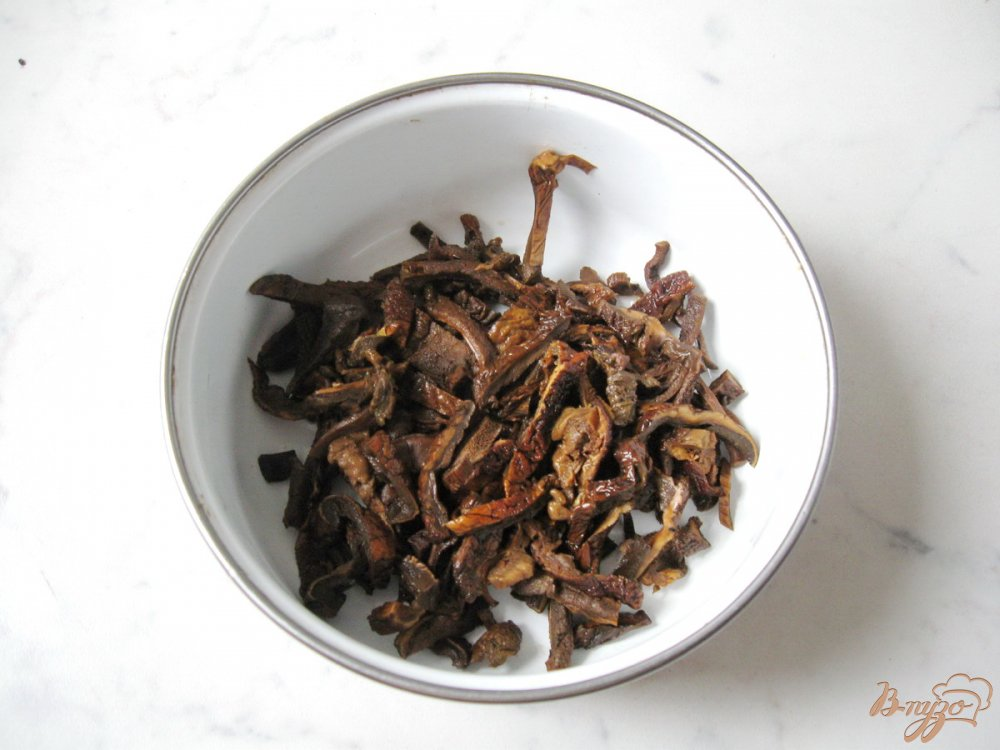 Фото приготовление рецепта: Суп с перловкой и лесными грибами шаг №4