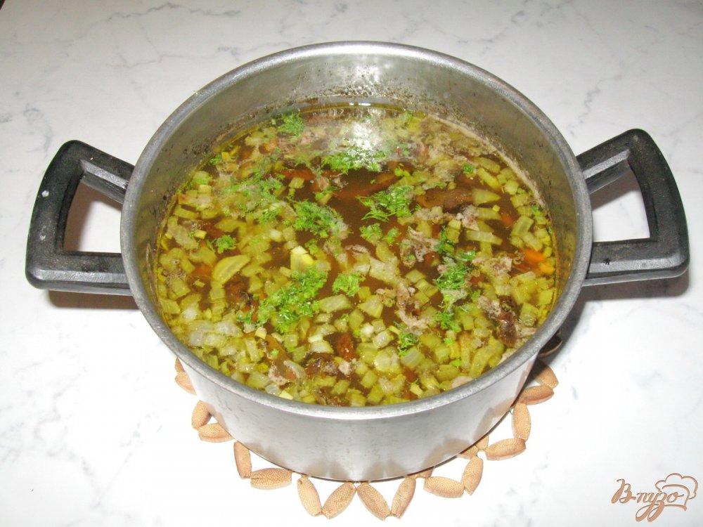 Фото приготовление рецепта: Суп с перловкой и лесными грибами шаг №9