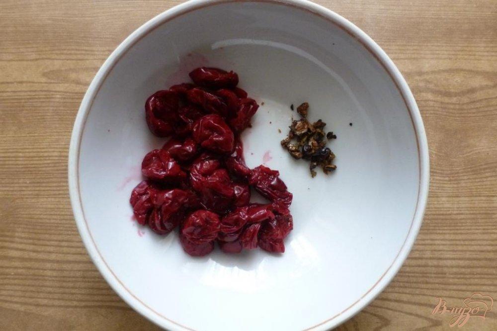 Фото приготовление рецепта: Мясной рулет с клюквенно- вишневой начинкой шаг №4