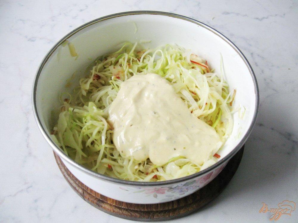 Фото приготовление рецепта: Капустный салат с яичной заливкой шаг №8