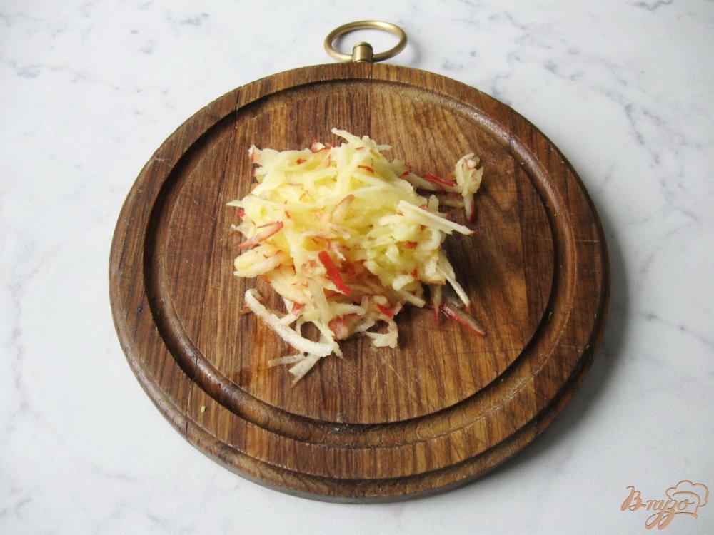 Фото приготовление рецепта: Капустный салат с яичной заливкой шаг №3
