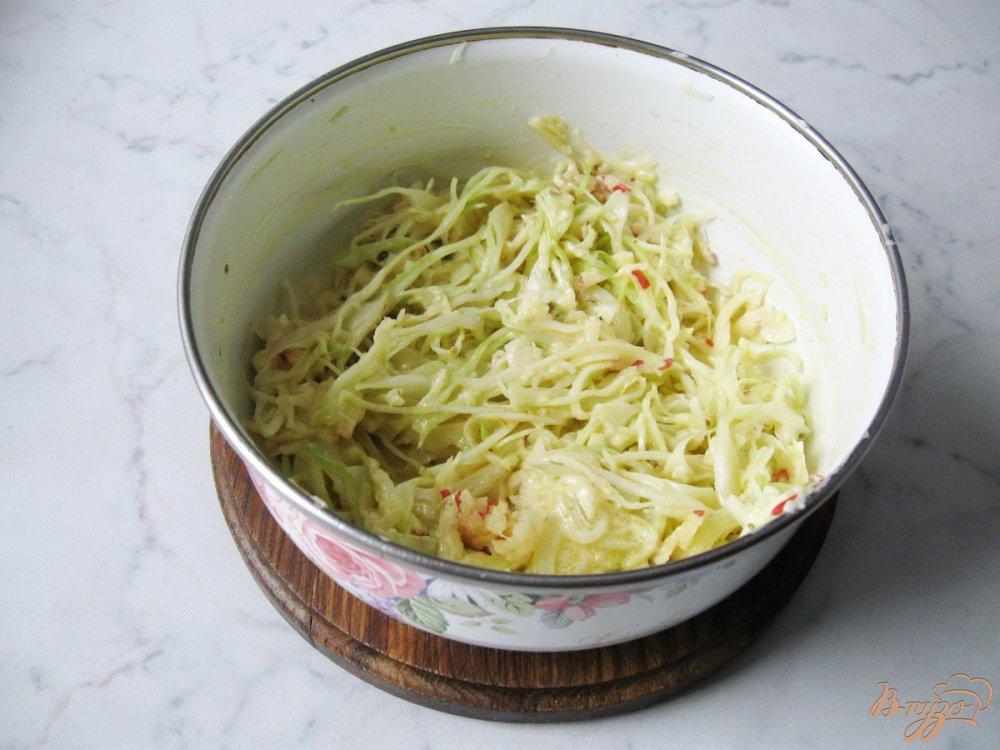 Фото приготовление рецепта: Капустный салат с яичной заливкой шаг №9