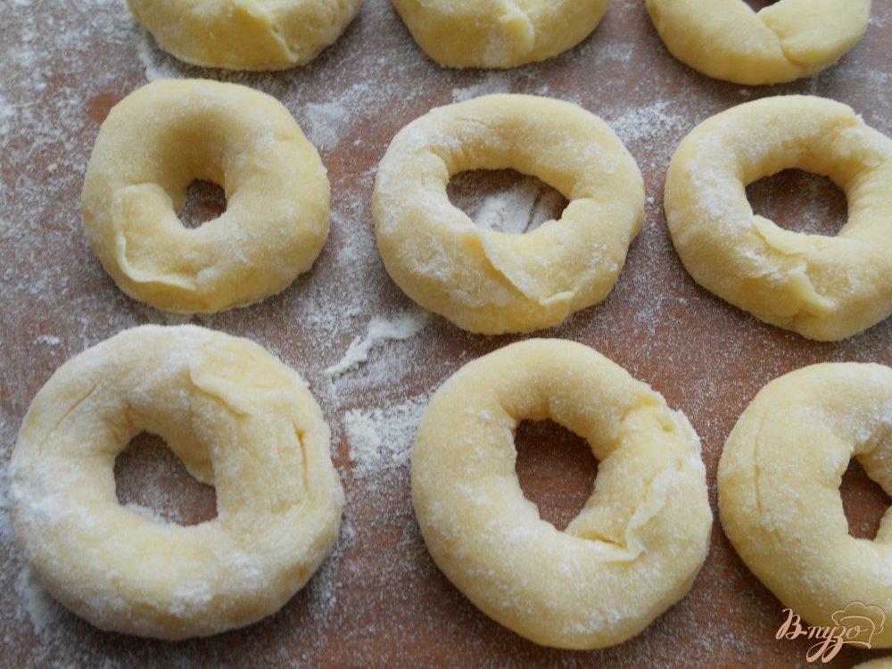 Фото приготовление рецепта: Пончики из плавленного сыра шаг №4
