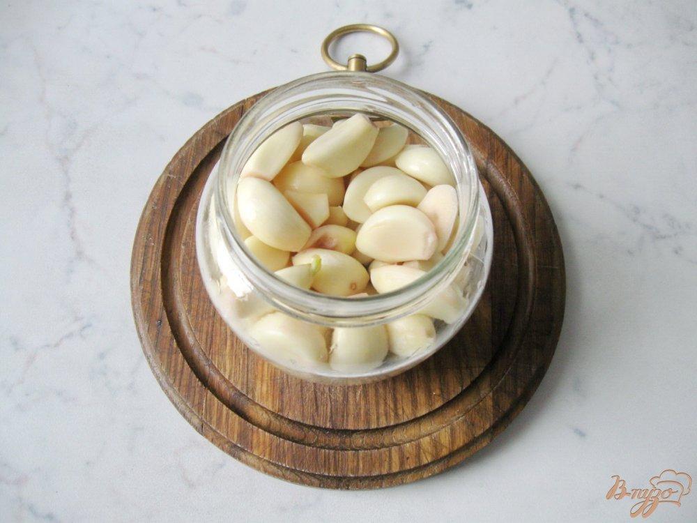 Фото приготовление рецепта: Чеснок маринованый на зиму. шаг №4
