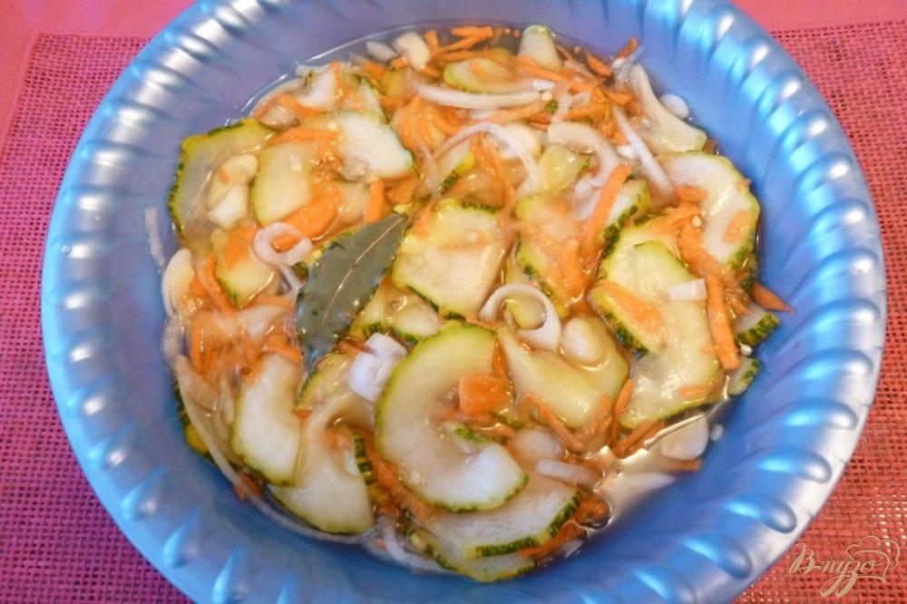 Фото приготовление рецепта: Маринованные кабачки с овощами шаг №5
