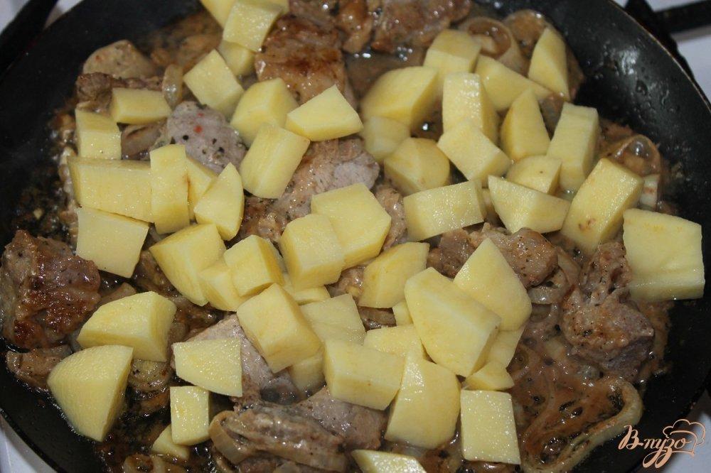 Фото приготовление рецепта: Картофель со свининой запеченный в горшочке шаг №4