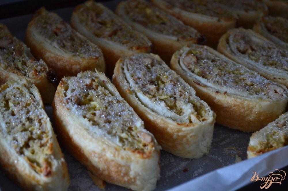 Фото приготовление рецепта: Слойки с яблоками и орешками кешью шаг №9