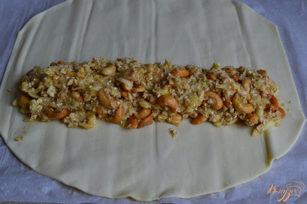 Фото приготовление рецепта: Слойки с яблоками и орешками кешью шаг №5