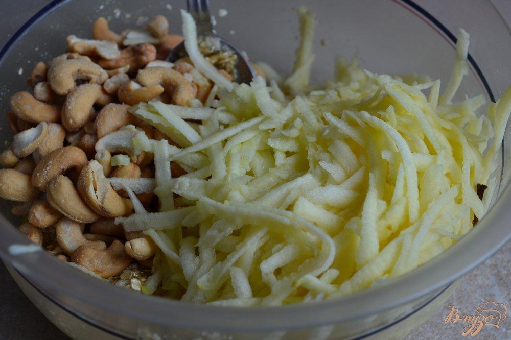 Фото приготовление рецепта: Слойки с яблоками и орешками кешью шаг №3