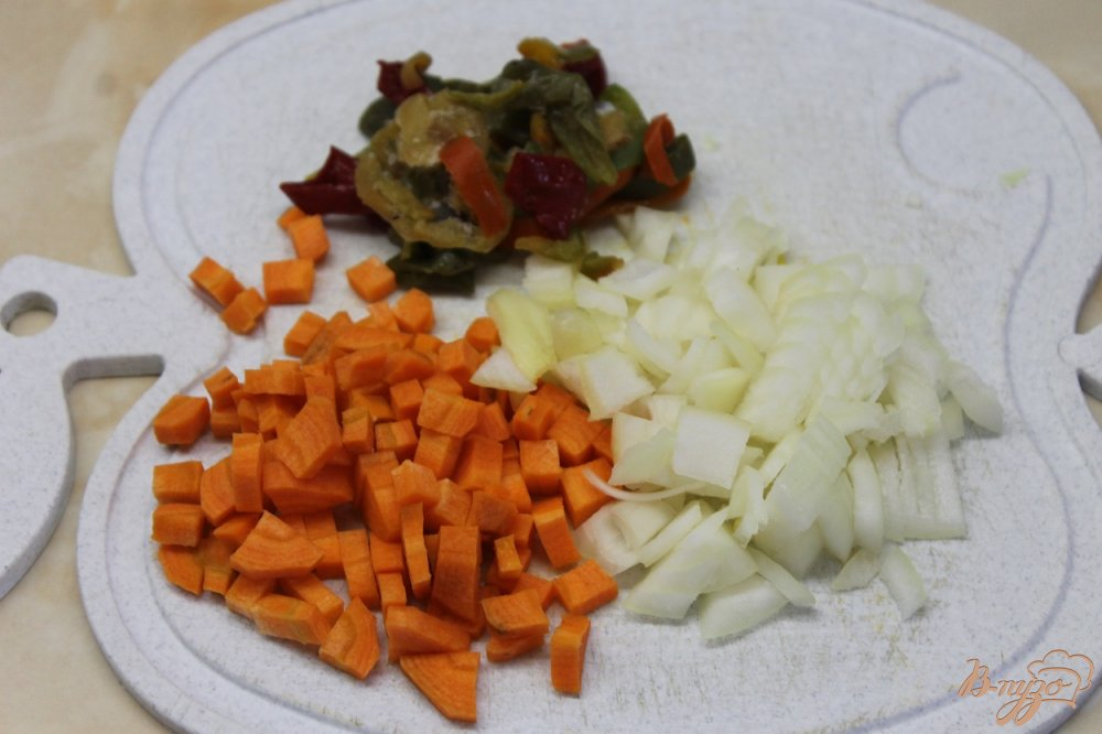 Фото приготовление рецепта: Суп пюре с гороха с окорочком и сырными гренками шаг №4