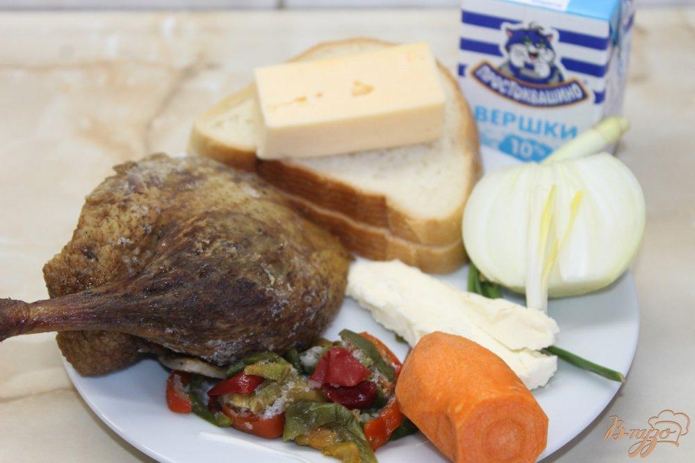 Фото приготовление рецепта: Суп пюре с гороха с окорочком и сырными гренками шаг №3