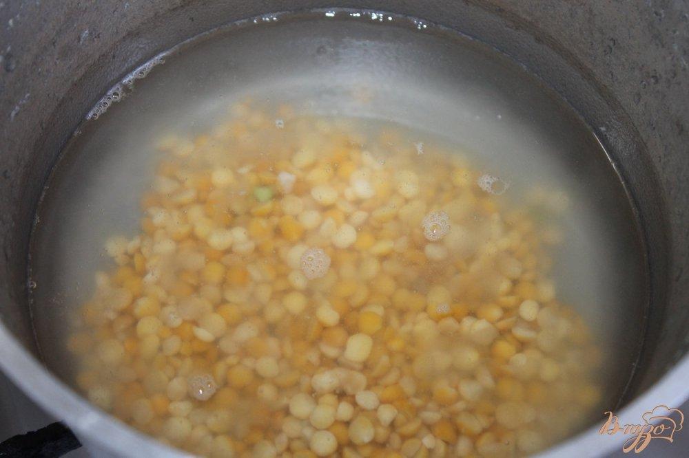 Фото приготовление рецепта: Суп пюре с гороха с окорочком и сырными гренками шаг №2