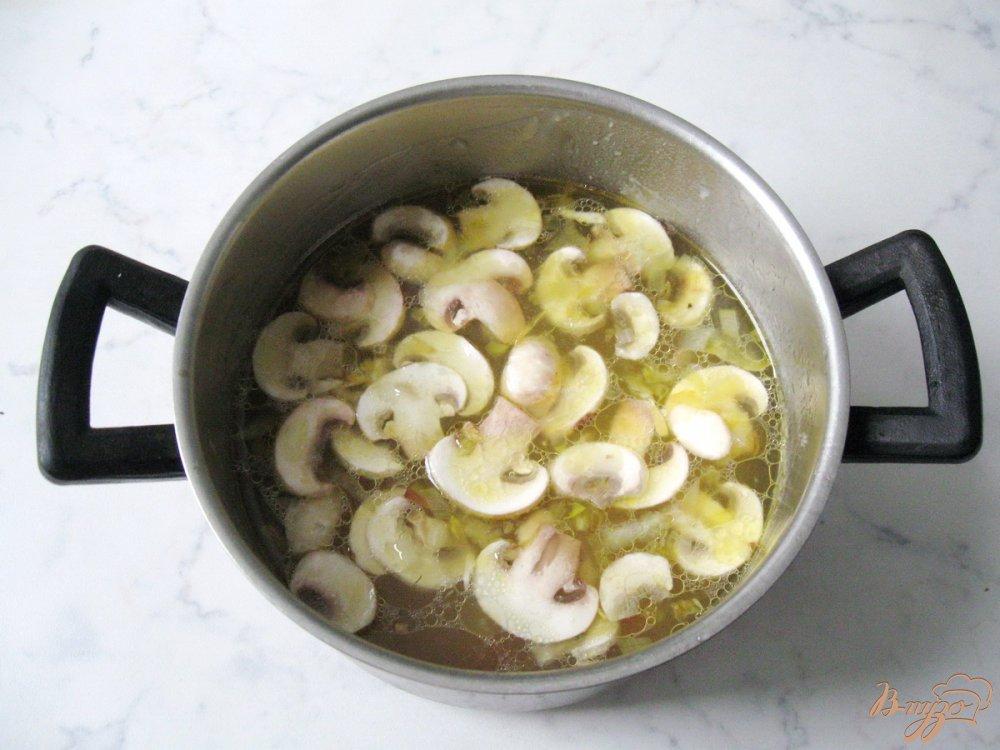 Фото приготовление рецепта: Суп из савойской капусты с грибами. шаг №5