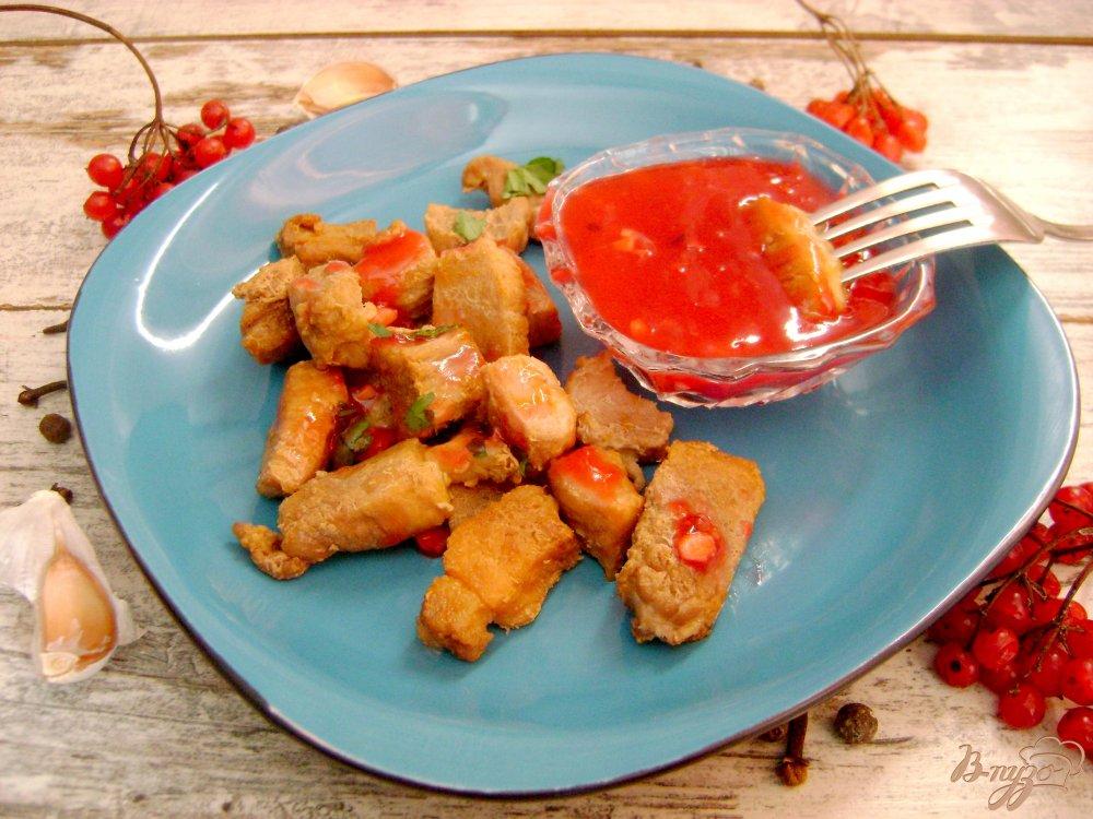 Фото приготовление рецепта: Свинина в пикантном калиновом соусе шаг №7