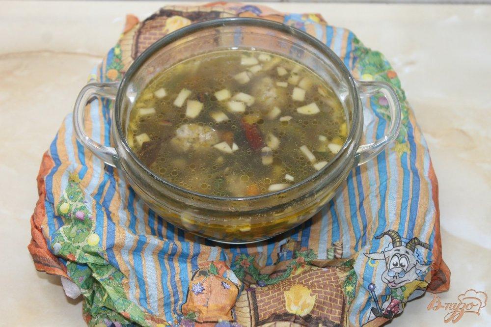 Фото приготовление рецепта: Суп с шампиньонами и мясными фрикадельками шаг №6