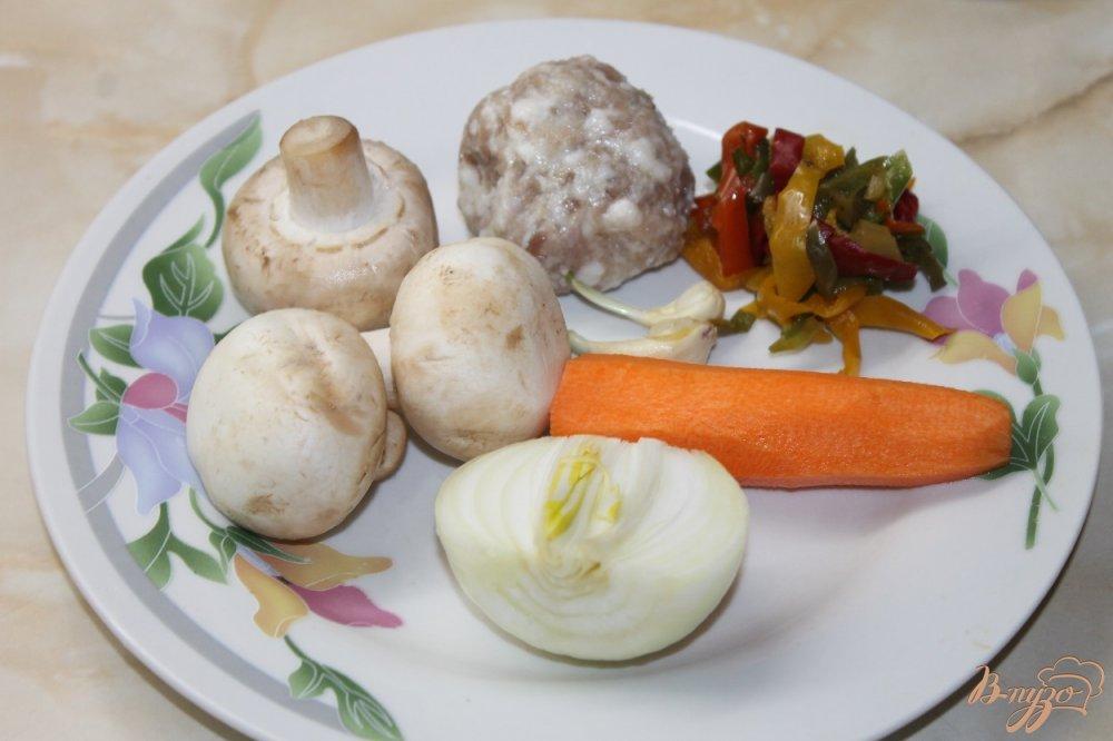 Фото приготовление рецепта: Суп с шампиньонами и мясными фрикадельками шаг №1