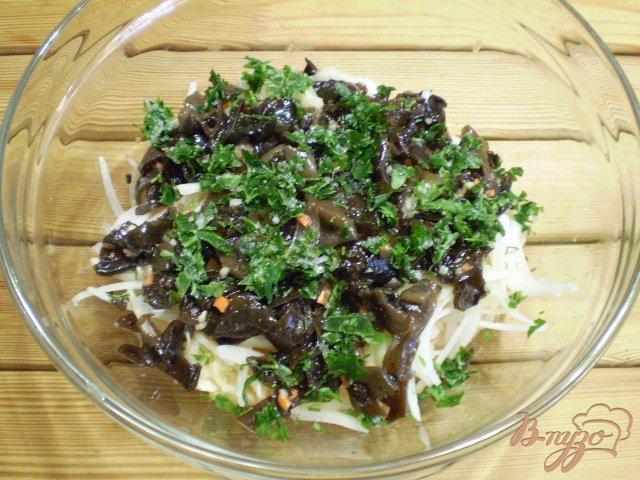 Фото приготовление рецепта: Салат с китайскими грибами и квашенной капустой. шаг №4