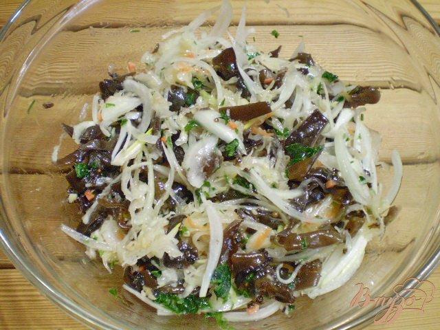 Фото приготовление рецепта: Салат с китайскими грибами и квашенной капустой. шаг №5