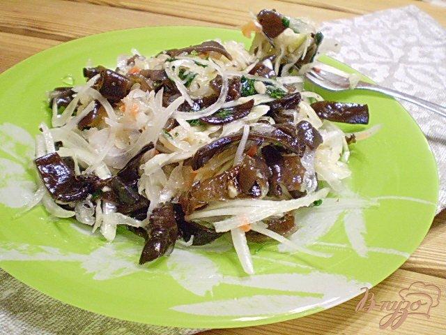 Фото приготовление рецепта: Салат с китайскими грибами и квашенной капустой. шаг №6