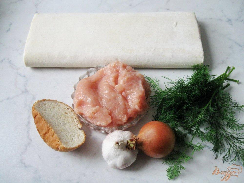 Фото приготовление рецепта: Слоеные рулетики с куриным фаршем шаг №1