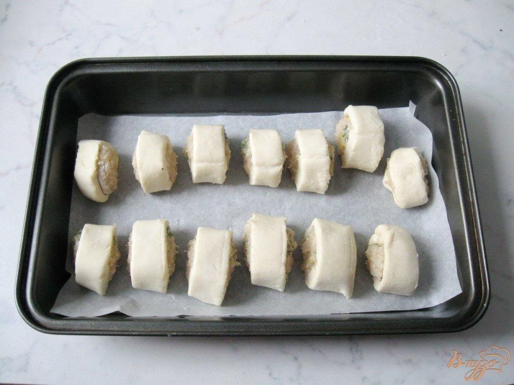 Фото приготовление рецепта: Слоеные рулетики с куриным фаршем шаг №7