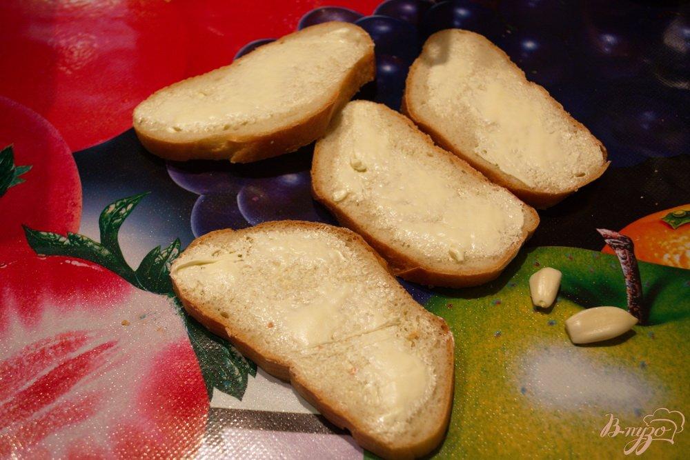 Фото приготовление рецепта: Гренки в духовке с сыром и чесноком шаг №3
