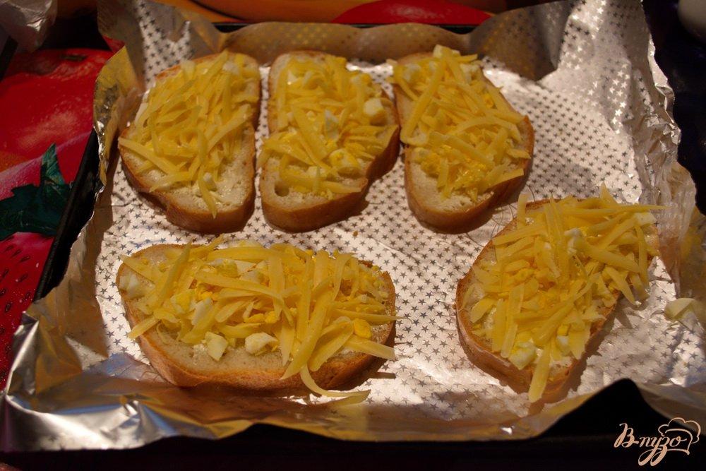 Фото приготовление рецепта: Гренки в духовке с сыром и чесноком шаг №5