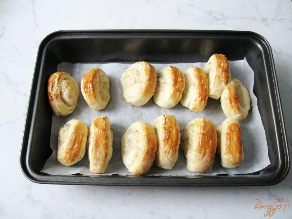 Фото приготовление рецепта: Слоеные рулетики с куриным фаршем шаг №8