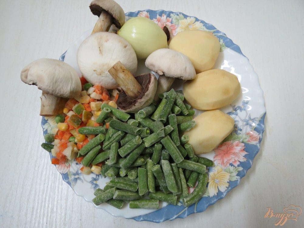 Фото приготовление рецепта: Суп со спаржевой фасолью и грибами шаг №1