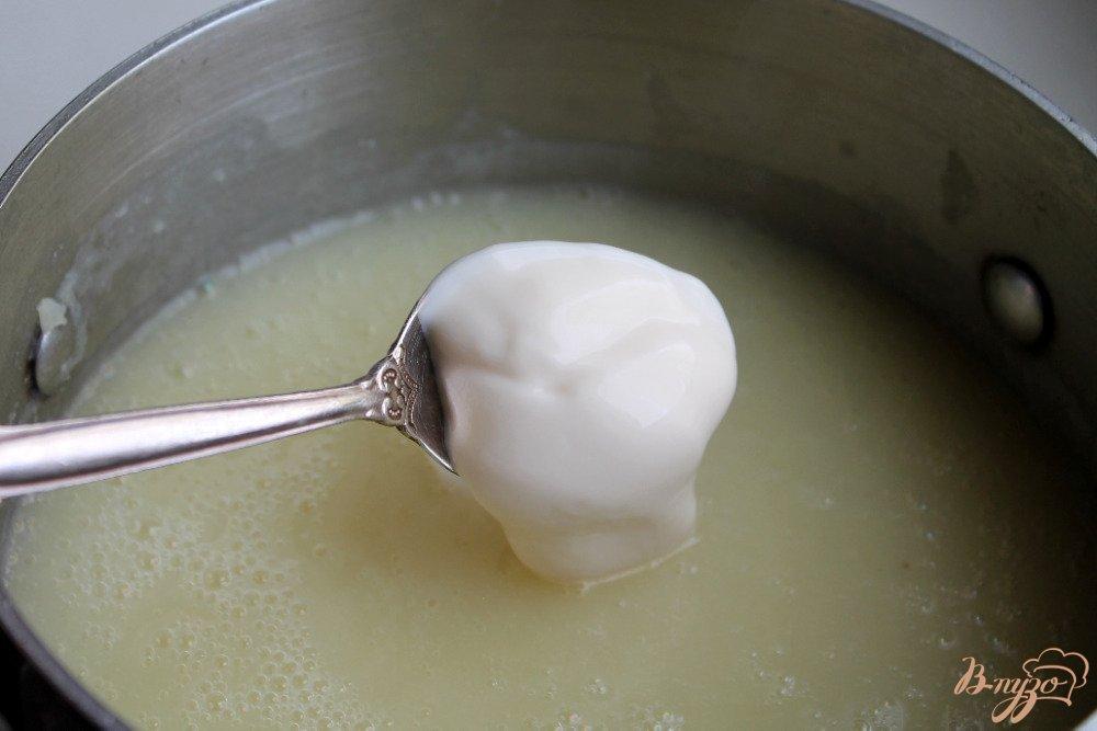 Фото приготовление рецепта: Сырный суп с креветками шаг №4