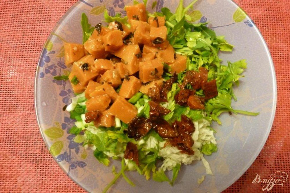 Фото приготовление рецепта: Салат из тыквы и вяленых томатов с зеленью шаг №3