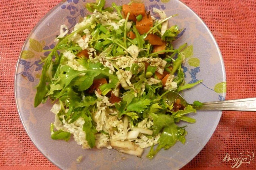 Фото приготовление рецепта: Салат из тыквы и вяленых томатов с зеленью шаг №4