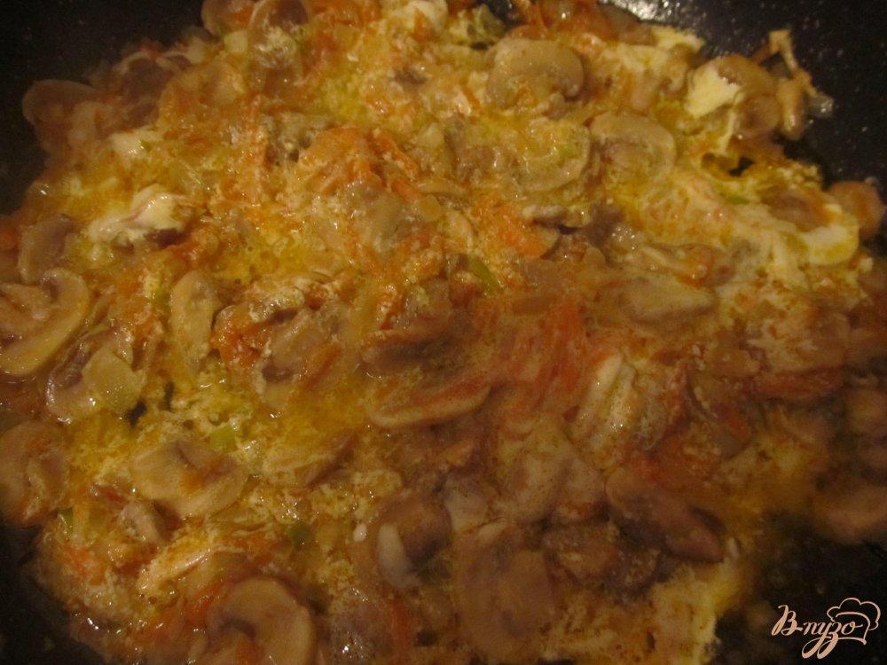 Фото приготовление рецепта: Сырный суп с грибочками шаг №4
