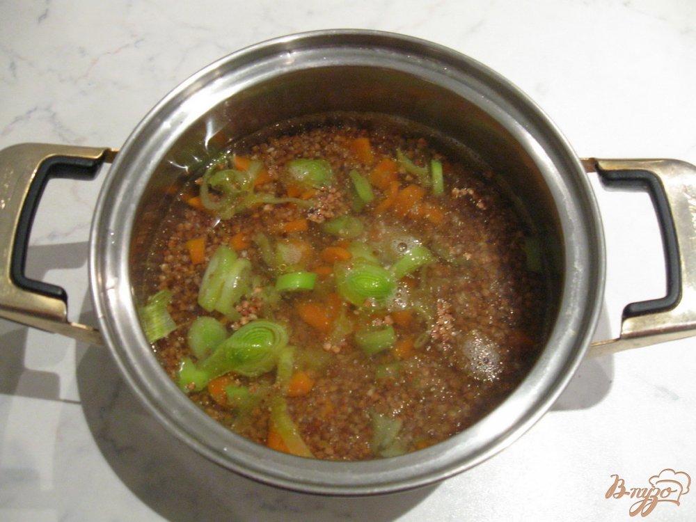 Фото приготовление рецепта: Гречневая каша с луком-пореем и морковью шаг №5